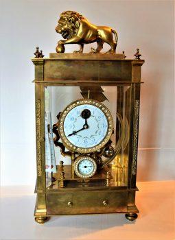 Egy kigolyózott oroszlán, aki láthatóvá teszi az időt