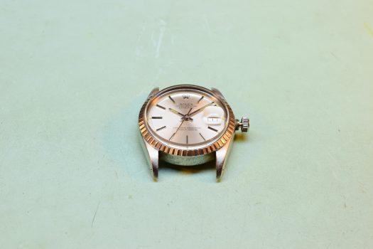 Egy Rolex karóra hátlapjának szakszerű nyitása