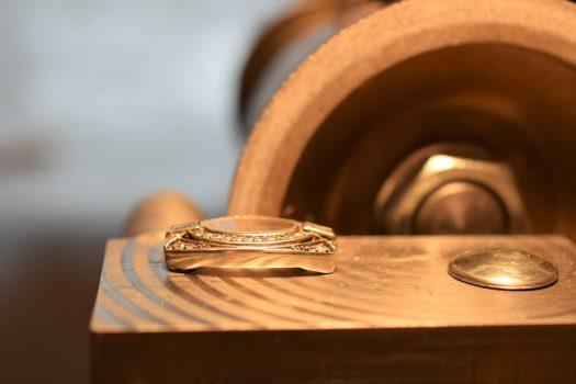 Speciális üveg csiszolása ezüst ékszerórába