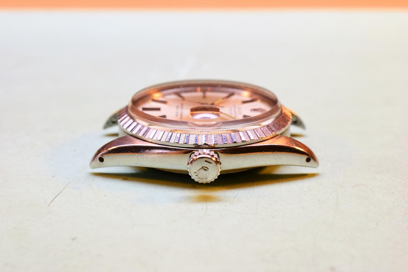 Egy Rolex karóra hátlapjának szakszerű nyitása Watchmaker