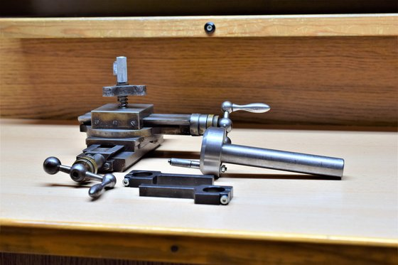 Órás esztergagép keresztszánra szerelhető konstrukció