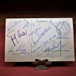 Hidegkuti Nándor aláírása egy képeslapon az 1954-es NSZK csapattagok gyűrűjében